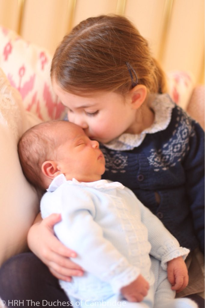 Pierwsza oficjalna fotografia księcia Louisa została wykonana także przez Kate, ale 26 kwietnia 2018 r., czyli gdy Mały Książę miał 3 dni.